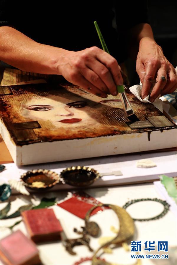 """11月2日,在德国法兰克福,一名手工艺人在""""DIY创意世界""""展上绘制作品。"""