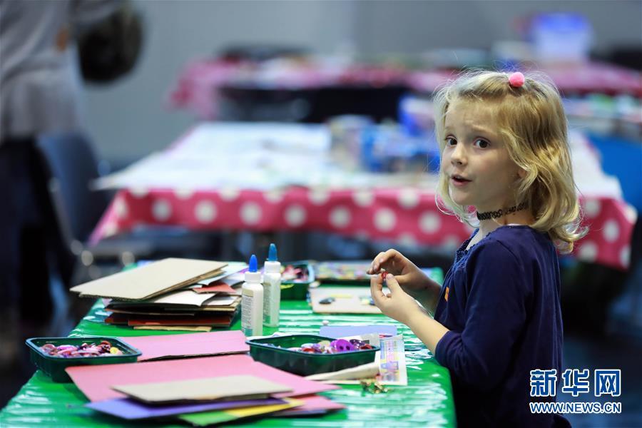 """11月2日,在德国法兰克福,一名小女孩在""""DIY创意世界""""展上制作手工。"""