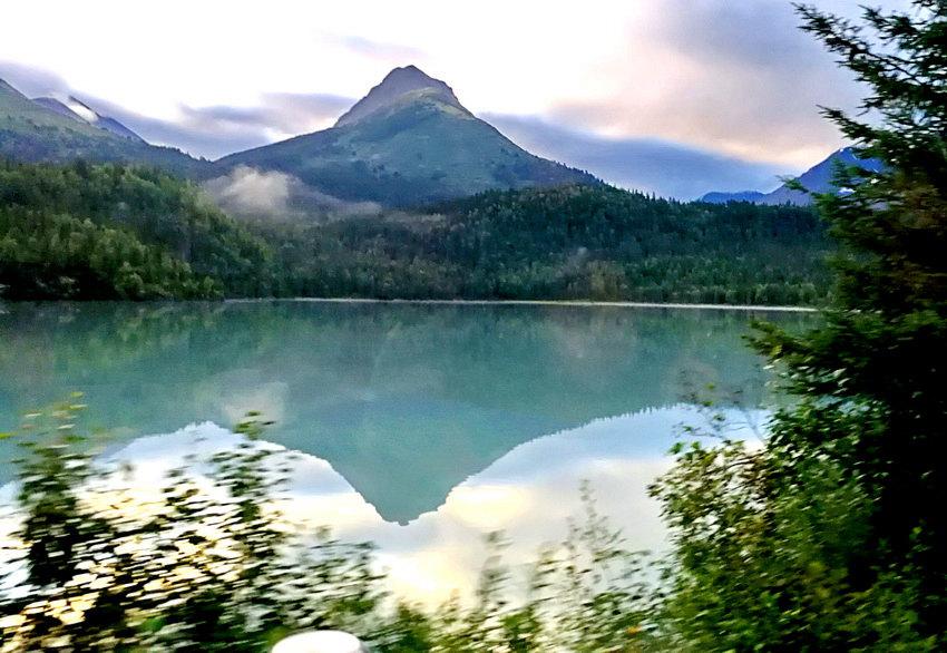 遠山,近樹,彩云,倒影,窗外景色醉人 于世文 攝