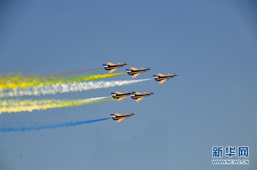 中国空军八一飞行表演队圆满完成迪拜航展首次检验性飞行表演