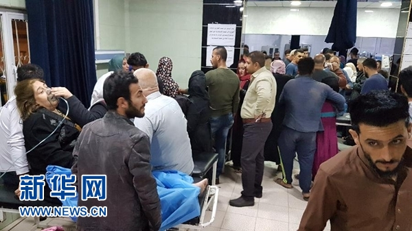 11月12日,在伊拉克北部基尔库克市,在地震中受伤的民众在医院接受治疗。新华社发(拉伊兹·赞加纳 摄)