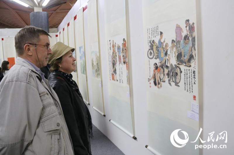 哈萨克斯坦观众欣赏中国绘画(记者周翰博摄)