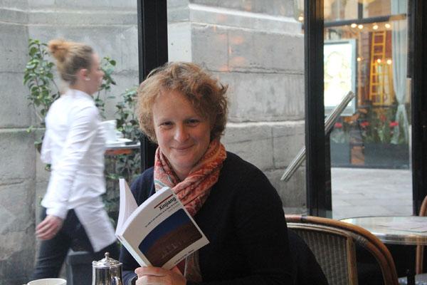 索尼娅·布雷斯勒与她新出版的新疆行记(摄影:何蒨)