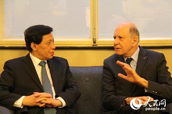 中国外交部副部长张业遂和巴黎国际大学城全国基金会主席让-马克·索韦交流 。