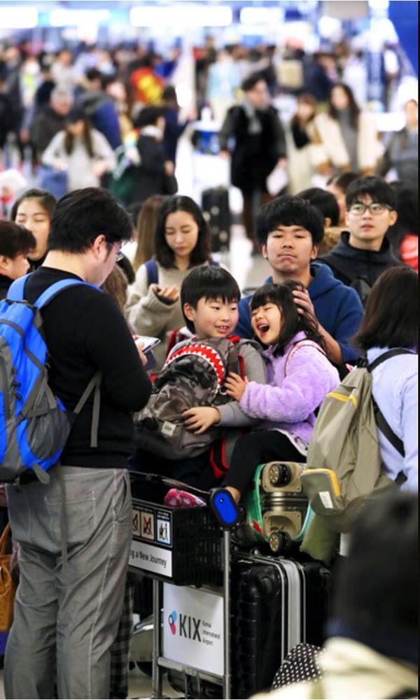 日本关西机场迎来新年出境热潮 韩国与中国最有人气