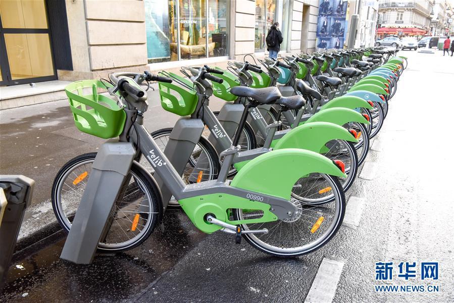 这是1月3日在法国巴黎拍摄的一处Velib Metropole有桩公共自行车停车点。