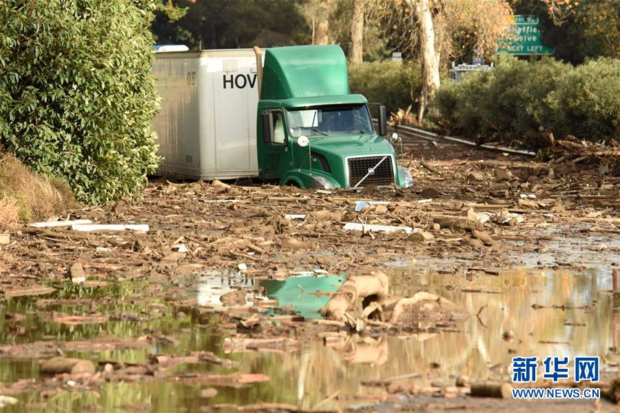 1月9日,在美国加利福尼亚州圣巴巴拉县蒙特西托,一辆货车陷入泥沼中。