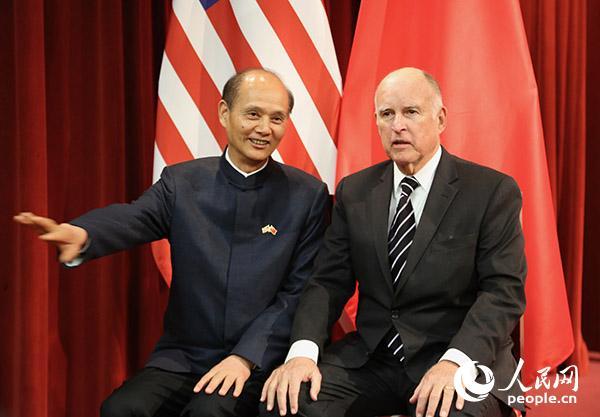 当地时间2月9日晚,中国驻旧金山总领事罗林泉(左)与美国加州州长杰里·布朗在春节招待会上交谈。人民网 张洁娴 摄