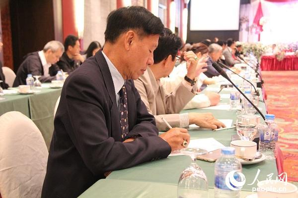 与会经济界人士在研讨会上认真记录。孙广勇摄