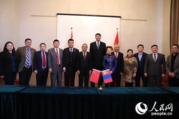 蒙古国体育运动局局长沙拉布扎木茨(右)与盛世中体体育发展(天津)有限公司经理侯大为签订协议。