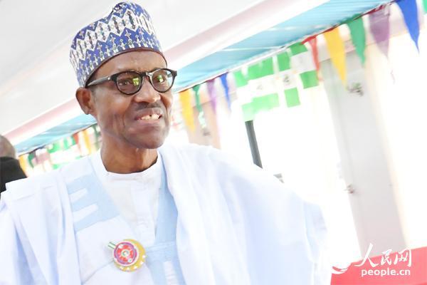 1月4日,尼日利亚总统布哈里在卡杜纳州试乘中国列车。  李凉 摄