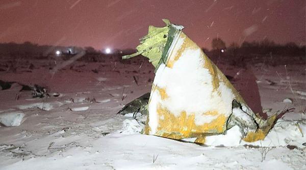 俄罗斯失事飞机坠毁后撞出2米深坑