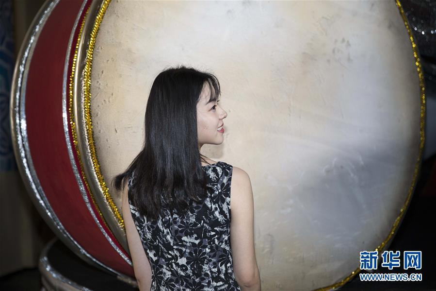 """2月8日,在巴西里约热内卢,贺婷婷在桑巴城内的""""塞拉诺帝国""""桑巴舞校场地内留影。"""