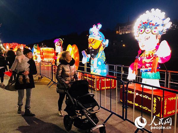 当地民众不顾严寒带着孩子前来赏灯。记者任彦摄
