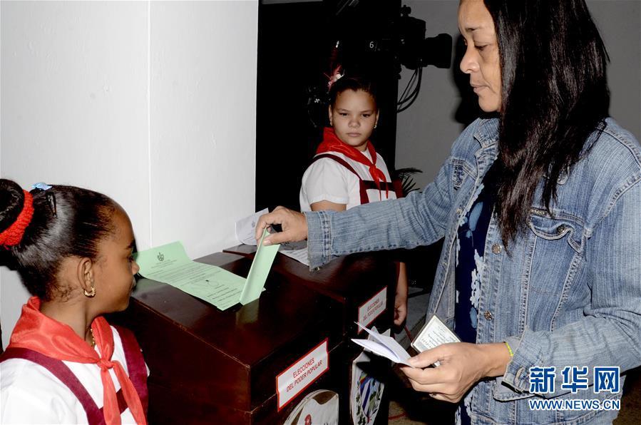 3月11日,在古巴哈瓦那,一名女子在投票。