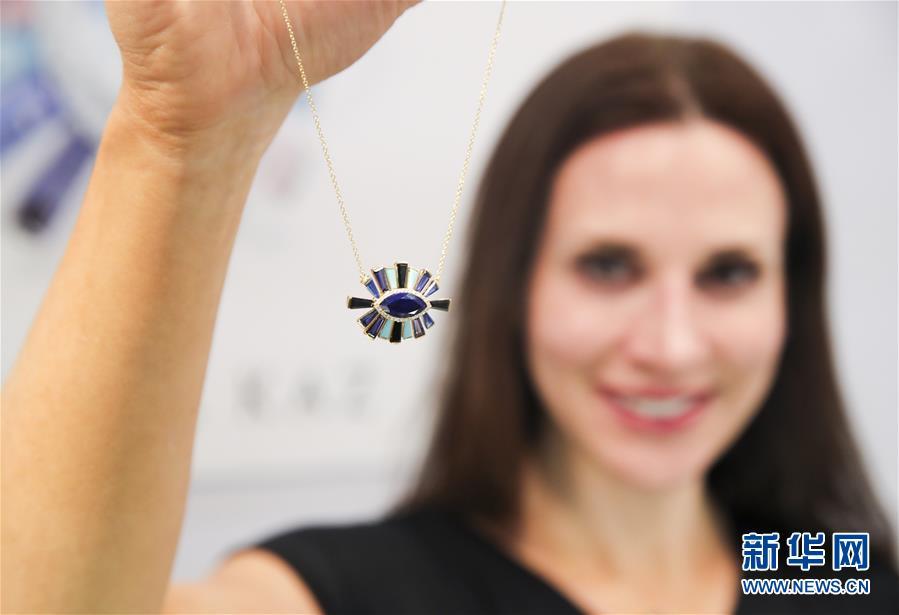 3月12日,在美国纽约举行的2018纽约春季珠宝展销会上,珠宝设计师特雷莎・卡斯展示自己的作品。