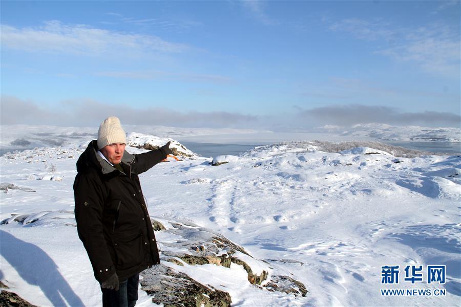 3月9日,在挪威北部小镇希尔克内斯的机场附近,南瓦朗格尔开发公司首席执行官肯尼思・斯托尔塞特介绍未来港口建设地址。