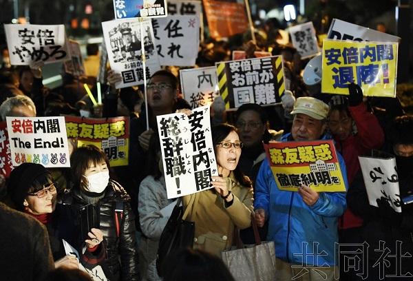 日本民众12日晚聚集在首相官邸前举行抗议集会。(图片来源:共同社)