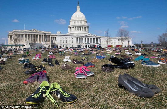 美国会大厦前摆放7000双鞋 纪念枪口下丧生的美国儿童