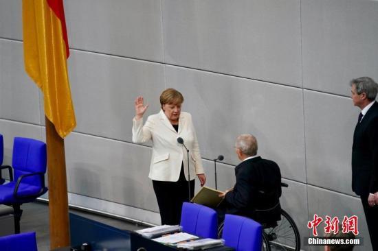 当地时间3月14日,德国联盟党领袖默克尔在柏林的联邦议院内面对联邦议长朔伊布勒宣誓就职新一任德国总理。这开启了她作为德国首位女总理的第四个任期。本次德国完成组阁距离2017年9月大选已近半年,下一次德国大选将于2021年举行。中新社记者 彭大伟 摄