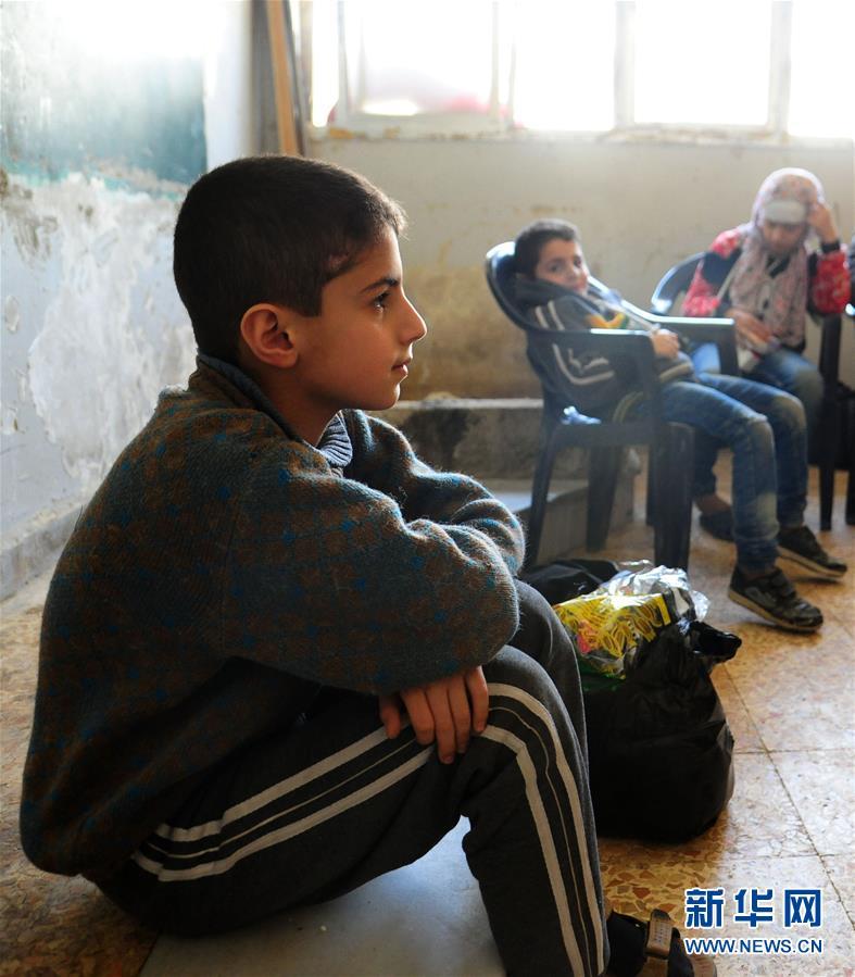 3月13日,在叙利亚大马士革东郊,从东古塔地区撤离的平民被集中到一所学校落脚。