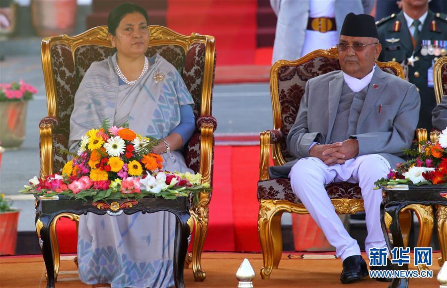 3月14日,在尼泊尔首都加德满都,尼泊尔总统比迪亚・德维・班达里(左)和总理奥利出席总统宣誓就职仪式。