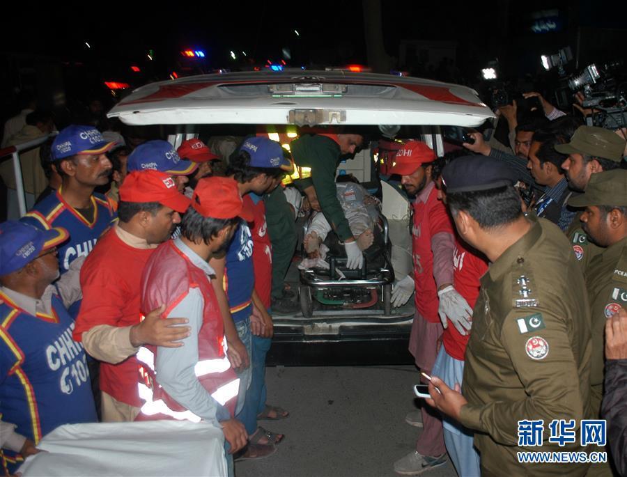 3月14日,在巴基斯坦东部旁遮普省首府拉合尔,人们运送一名爆炸伤员。新华社发(贾米勒・艾哈迈德摄)