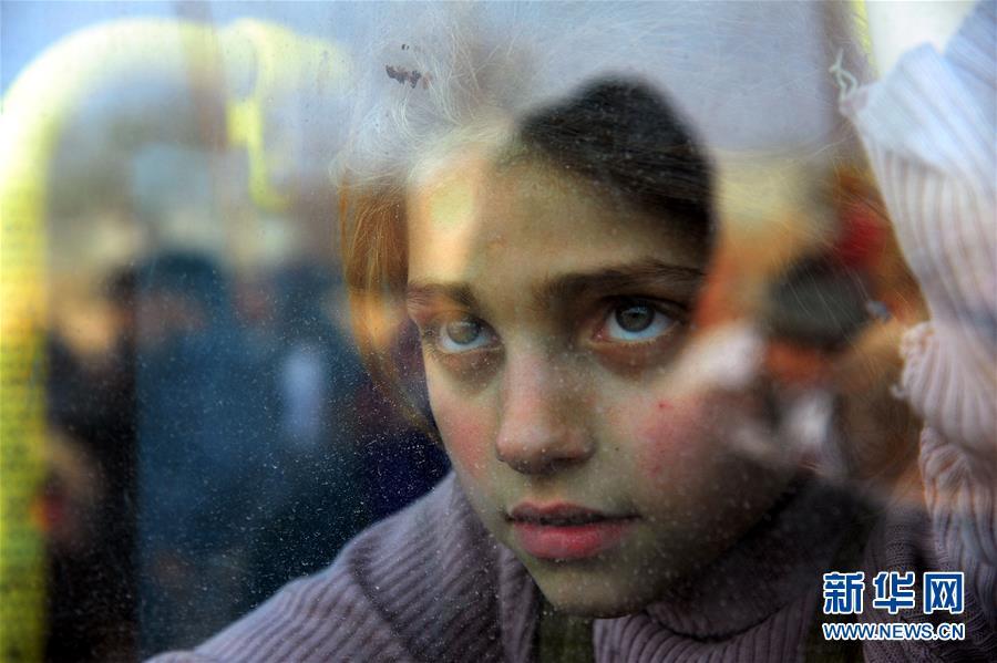 3月15日,在叙利亚大马士革东郊,一名女孩乘车前往政府军控制区安置点。