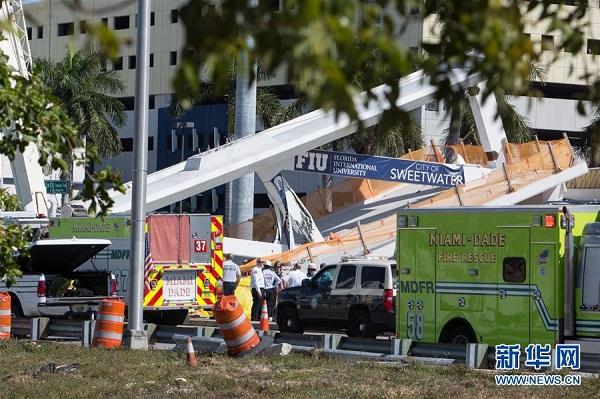 3月15日,在美国佛罗里达州迈阿密市,警察和救援人员在过街天桥坍塌现场工作。新华社发(莫妮卡 摄)