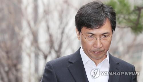 当地时间3月19日上午,在位于首尔麻浦区的首尔西部地检,涉嫌性侵的韩国前忠清南道知事安熙正到案,并在受讯前向国民低头道歉。(图片来源:韩联社)