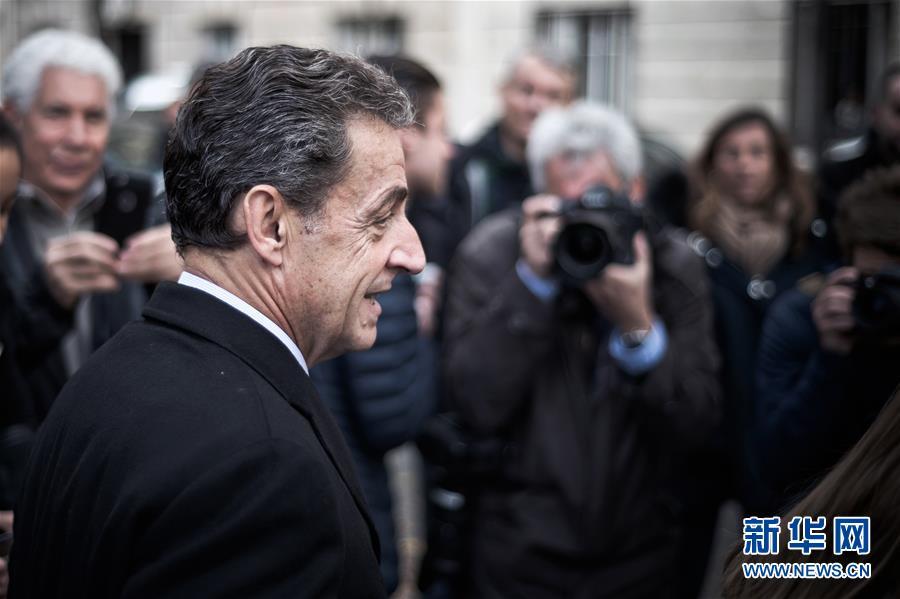 这张资料照片显示,2016年11月20日,法国前总统萨科齐来到巴黎一家投票站参加投票。新华社发(于贝尔・勒沙摄)