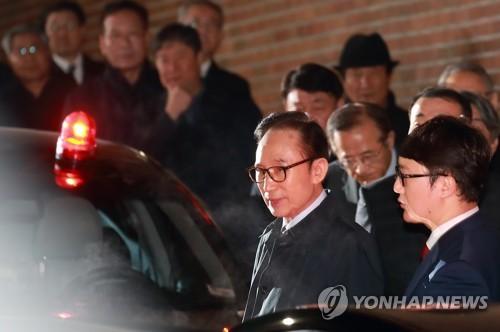 3月23日凌晨,李明博被被押往首尔东部看守所。(图片来自韩联社)