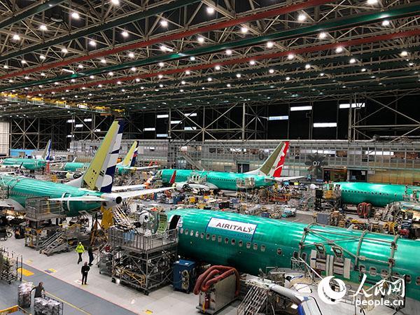 波音位于美国华盛顿州的工厂内正在组装的飞机(吴乐�B摄)