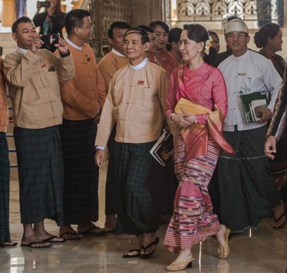 温敏(左)与缅甸国务资政昂山素季(右)一同步入议会。(图片来源:《缅甸时报》网站)