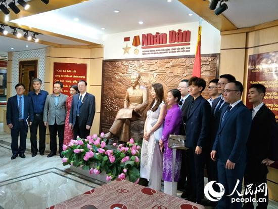 代表团一行到访越南人民报社。