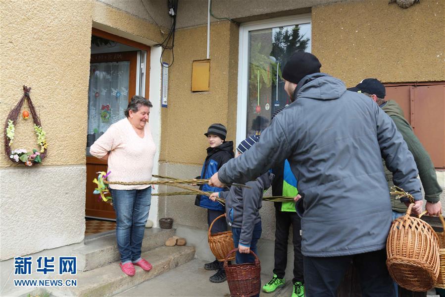 4月2日,在捷克首都布拉格,一名女子接受人们的祝福。