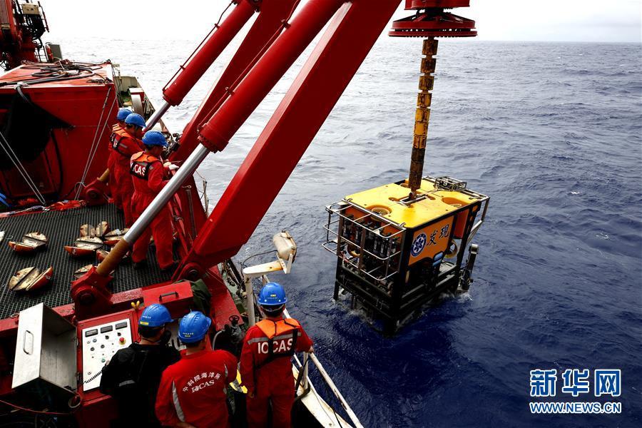 """4月1日,""""科学""""号工程技术人员将""""发现""""号深海机器人施放到海里。"""