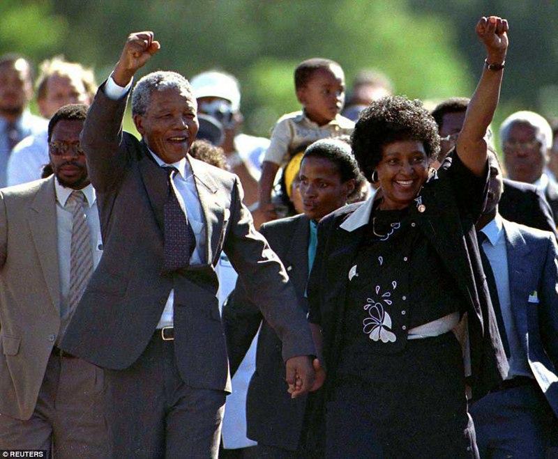 1990年2月,因反抗种族隔离入狱27年的曼德拉出狱,温妮与丈夫手挽手在监狱门外拍下了这张经典的照片。