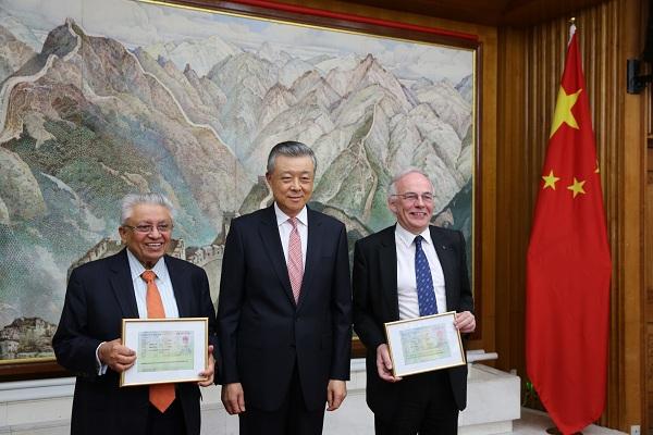 中国驻英国大使刘晓明为英国专家颁发外国人才签证