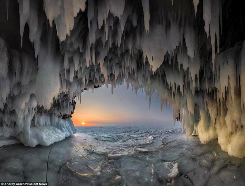 俄罗斯贝加尔湖上的冰洞奇观,令人惊艳。