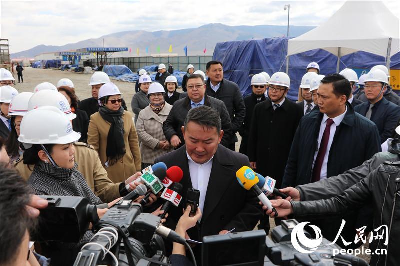 蒙古国总统巴特托勒嘎视察中国援建项目