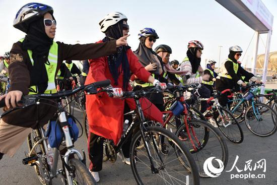沙特举行历史上首次女子自行车比赛