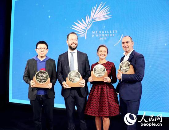 戛纳电视节荣誉勋章四位获奖人合影。阿里文娱供图