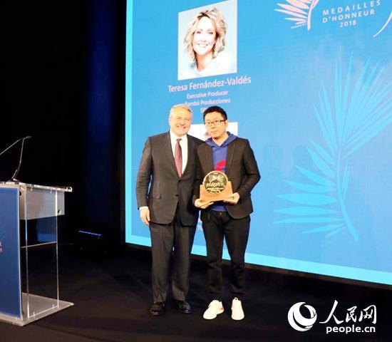 杨伟东与戛纳电视节主办方法国瑞德集团总裁兹勒克合影。阿里文娱供图
