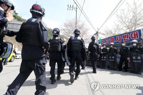 """民众激烈抗议韩推迟运送""""萨德""""基地施工设备"""