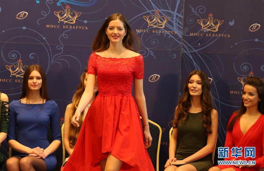 """4月12日,在白俄罗斯首都明斯克,参加2018年""""白俄罗斯小姐""""选美大赛的选手进行自我展示。"""