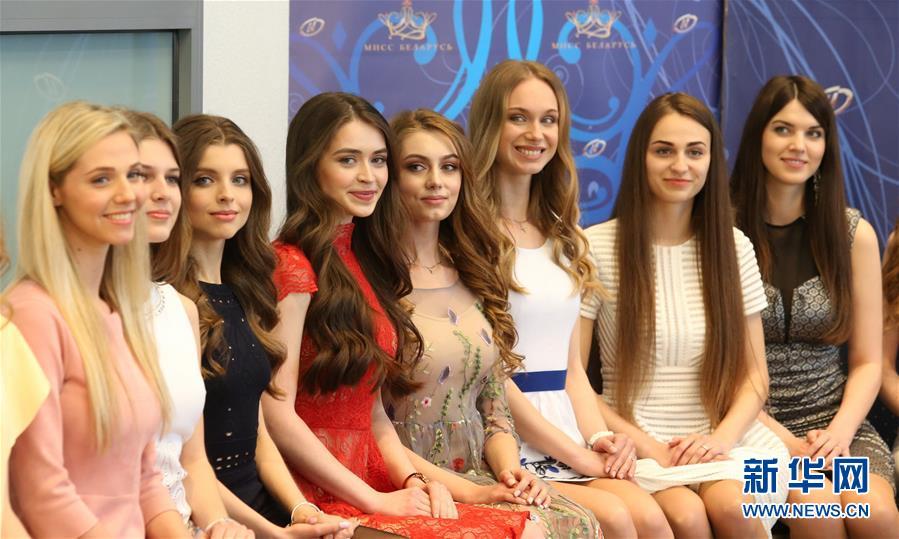 """4月12日,在白俄罗斯首都明斯克,参加2018年""""白俄罗斯小姐""""选美大赛的选手合影。"""
