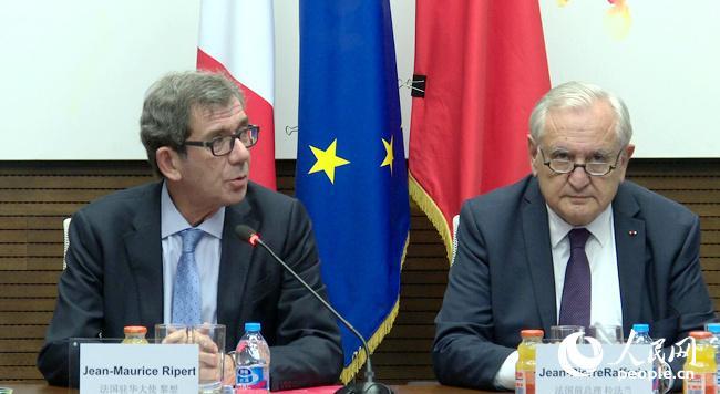 """11日晚,法国驻华大使黎想(左)和法国前总理拉法兰出席""""法国经济吸引力""""媒体推介会。"""