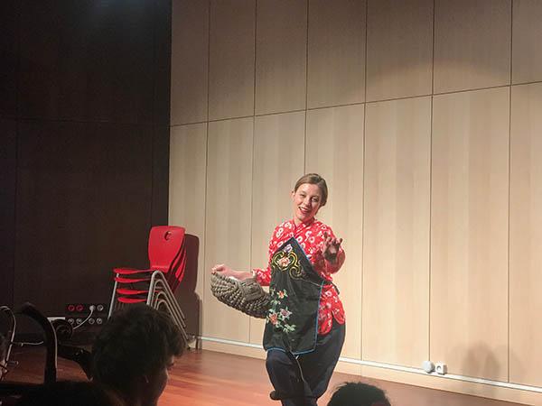法国姑娘兰婷在评剧《刘巧儿》选段中的表演。龚鸣摄