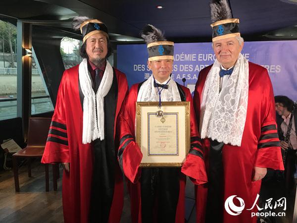 温兆安(中)手捧欧洲科学艺术文学院名誉院士证书。
